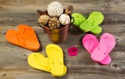 Новые сандалии с другими деталями курорта на деревенской древесине Стоковое Изображение RF
