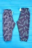 Новые сложенные брюки для младенцев стоковые фото