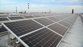 Новые современные панели солнечных батарей источника энергии видеоматериал