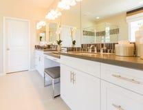 Новые современные раковина ванной комнаты, Faucet, плитки метро и счетчик Стоковые Фотографии RF