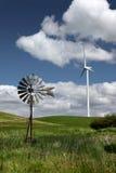 новые старые ветрянки ветра турбины Стоковое Фото