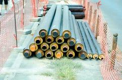 Новые трубы для нового трубопровода подготовленного быть установленным в систему отопления района в городе стоковая фотография rf