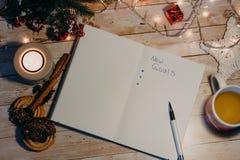 Новые цели написанные на раскрытой тетради взгляд сверху рождества и ne стоковое изображение rf