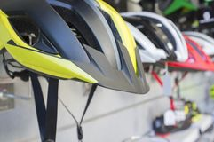 Новые шлемы велосипеда показанные на магазине стоковая фотография
