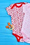 Новые bodysuits бренда для ребёнка стоковая фотография