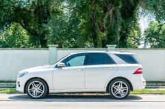 Новый белый роскошный M-класс ML350 Сине-ТЕХНИЧЕСКОЕ 4x4 SUV Benz Мерседес припарковал на улице в городе Стоковая Фотография