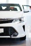 Новый белый автомобиль в выставочном зале Стоковая Фотография