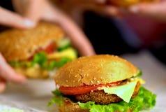 Новый варить фаст-фуда гамбургера с ветчиной на деревянной доске Стоковое Изображение
