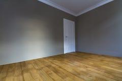 Новый восстановленный интерьер с свеже покрашенными стенами, белизна комнаты делает Стоковое Изображение