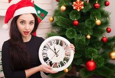 Новый Год 2018 5 до 12 молодая красивая женщина с большим украшением часов и партии Стоковое Изображение RF