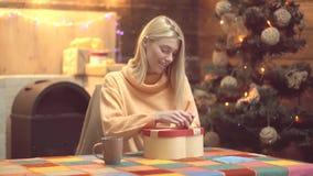 Новый Год и веселое рождество Подарочные коробки дизайна Handmade Подарок удерживания женщины красоты на винтажной стене акции видеоматериалы
