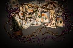 Новый Год и подарок Доллары как подарок Подарок для рождественской елки Экономика предпосылки стоковая фотография