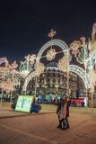 Новый Год и украшения и света рождества в улицах Москвы Девушки делая selfie Стоковая Фотография RF