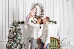 Новый Год любящей семьи с Рождеством Христовым и счастливый Жизнерадостные милые люди Мама и папа обнимая маленькую дочь родители стоковая фотография rf