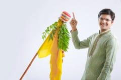 Новый Год маратхи padwa Gudi, молодой индийский празднуя фестиваль padwa gudi стоковая фотография rf