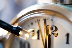 Новый Год на полночи - хронометрируйте на 12 часах с светами праздника Стоковое фото RF