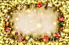 Новый Год Предпосылка, рамка ветвей рождественской елки и украшений рождества Золотистый снежок Открытый космос для текста Стоковые Фото