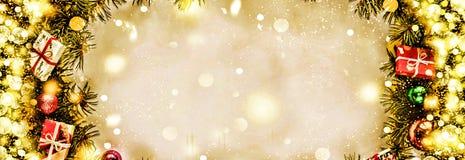 Новый Год Предпосылка, рамка ветвей рождественской елки и украшений рождества Золотистый снежок Открытый космос для текста Стоковое Изображение RF