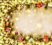 Новый Год Предпосылка, рамка ветвей рождественской елки и украшений рождества Золотистый снежок Открытый космос для текста Стоковое фото RF