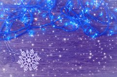 Новый Год предпосылки Гирлянда с голубыми светами на деревянной предпосылке Стоковая Фотография