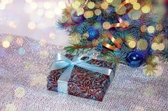 Новый Год предпосылки стекло состава рождества bauble голубое Подарок рождества под рождественской елкой на белой предпосылке wei Стоковое фото RF