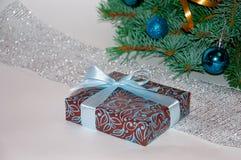 Новый Год предпосылки стекло состава рождества bauble голубое Подарок рождества под рождественской елкой на белой предпосылке wei Стоковое Изображение