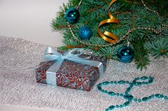 Новый Год предпосылки стекло состава рождества bauble голубое Подарок рождества под рождественской елкой на белой предпосылке wei Стоковые Фото