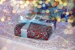 Новый Год предпосылки стекло состава рождества bauble голубое Подарок рождества под рождественской елкой на белой предпосылке wei Стоковые Изображения