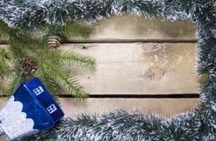 Новый Год принципиальной схемы рождества Ветвь ели с конусами и дом игрушки стеклянный на деревянной доске, взгляд сверху, плоско стоковое изображение rf