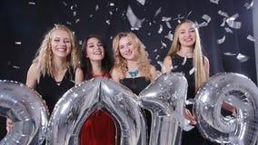 Новый Год принципиальной схемы счастливое Группа в составе молодые женщины имеет потеху и держит более большие 2019 сток-видео