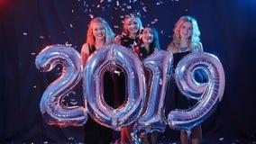 Новый Год принципиальной схемы счастливое Группа в составе молодые женщины имеет потеху и держит более большие 2019 акции видеоматериалы