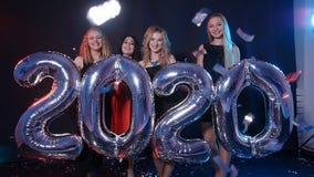 Новый Год принципиальной схемы счастливое Группа в составе молодые женщины имеет потеху и держит более большие 2020 видеоматериал