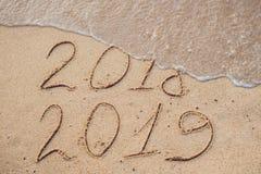 Новый Год 2019 приходя концепция - надпись 2018 и 2019 на a стоковое изображение rf