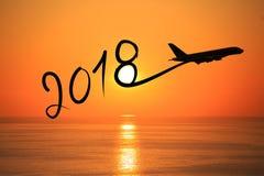 Новый Год 2018 рисуя самолетом на воздухе на восходе солнца стоковое изображение