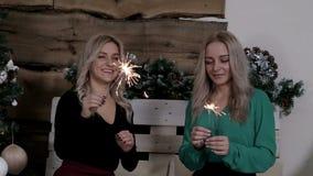 Новый Год рождества 2 дамы делят их эмоции о Xmas развевая огни Бенгалии видеоматериал