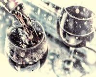 Новый Год рождества красное вино стеклянное вино селективный фокус, нерезкость движения, красное вино в стекле Вино сомелье в Стоковое Фото