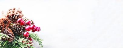 Новый Год рождества предпосылки Рамка рождества с украшением, sprig сосны, конусы и ягоды установьте текст Стоковые Изображения