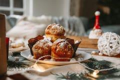 Новый Год рождества украсил пирожные на таблице стоковое фото