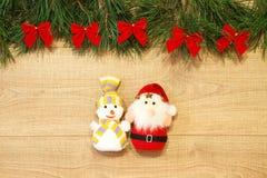 Новый Год/рождественская елка с смычками красного цвета, Санта и снеговик забавляются на деревянном шаблоне предпосылки Стоковые Изображения RF