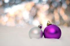 НОВЫЙ ГОД, РОЖДЕСТВО: 2 фиолетовое и серебряные шарики стоковые фото