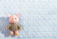 Новый Год связал свинью игрушки на связанной текстурированной предпосылке стоковые изображения