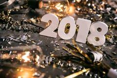 Новый Год: Стоять 2018 номеров между беспорядком партии Стоковые Фотографии RF