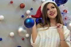 новый год темы Портрет молодой красивой сексуальной длинн-с волосами девушки в связанном свитере который смотрит к стороне Синь и стоковые фото