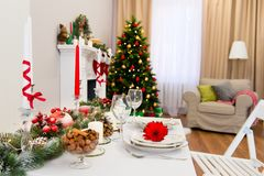Новый Год украсил уютную живущую комнату стоковые изображения rf