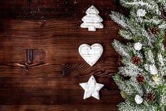 Новый Год украшений рождества на темной деревянной верхней части предпосылки соперничает Стоковое Изображение