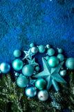 Новый Год украшения Шарики и звезды рождества с елевыми ветвями на голубой насмешке взгляд сверху предпосылки вверх Стоковое фото RF