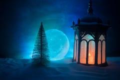 """Новый Год \ """"снег предпосылки светов электрических лампочек рождественской елки подарочной коробки воск-коробок свечи лампы откры стоковые фотографии rf"""