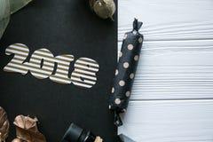 Новый Год и зима установленные на белую деревянную предпосылку с деталями черных и естественных и золота, striped золотым и белым Стоковые Фотографии RF