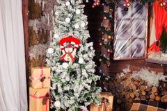 Новый Год и рождественская елка около деревянного дома и Стоковые Изображения
