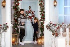 Новый Год и рождество семьи ждать Стоковые Изображения RF